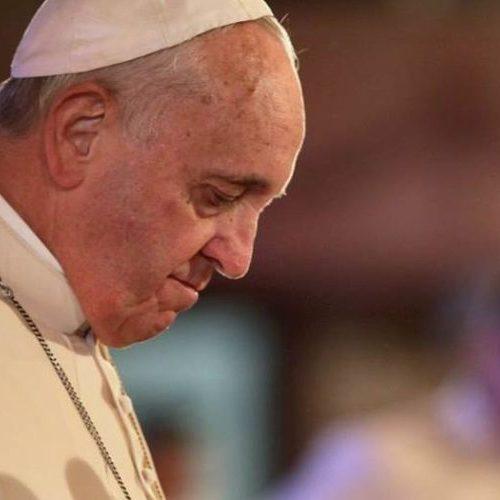 Papa Francisco recua mão para que fiéis não beijem anel. Veja vídeo