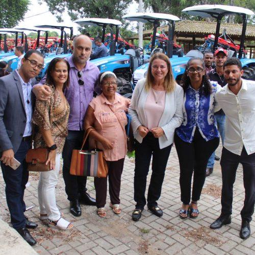 Ao lado de lideranças e vereadores, Fabíola comemora entrega de trator para Cachoeira; Assista