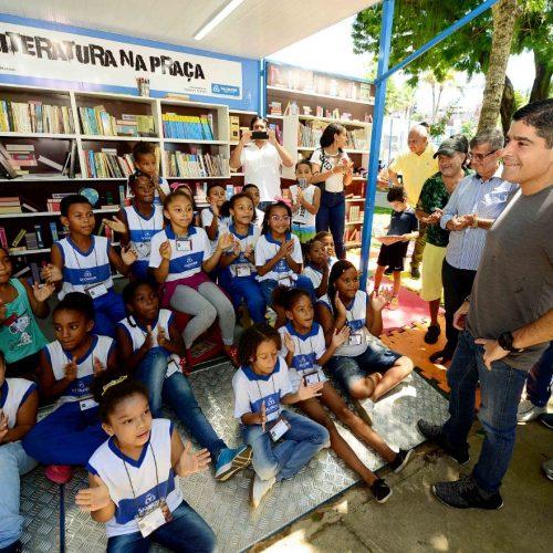 Praças de Salvador começam a ganhar espaços de leitura